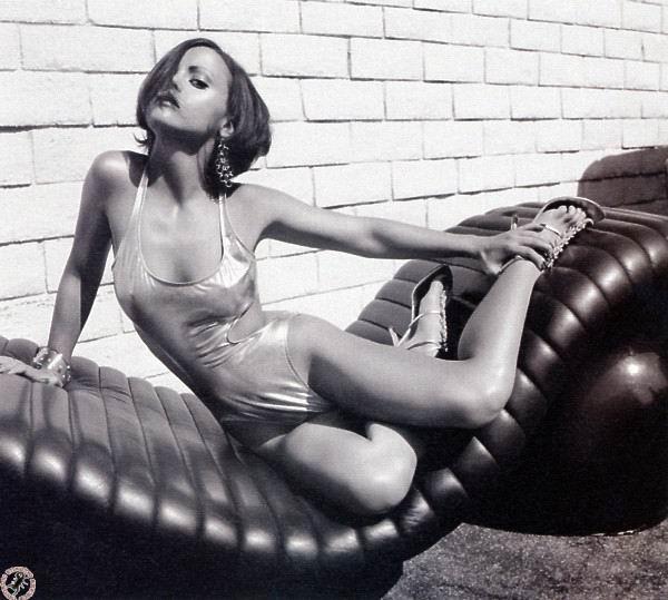 Christina Ricci con el pecho desnudo y en bragas en