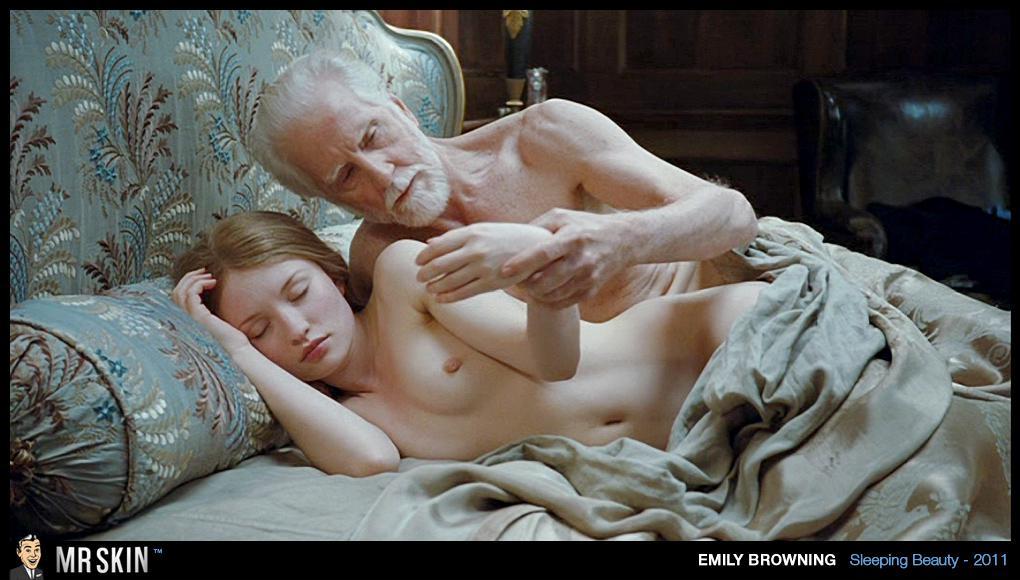 Aquí encontrareis fotos de Emily Browning desnuda, transparencias, posados,