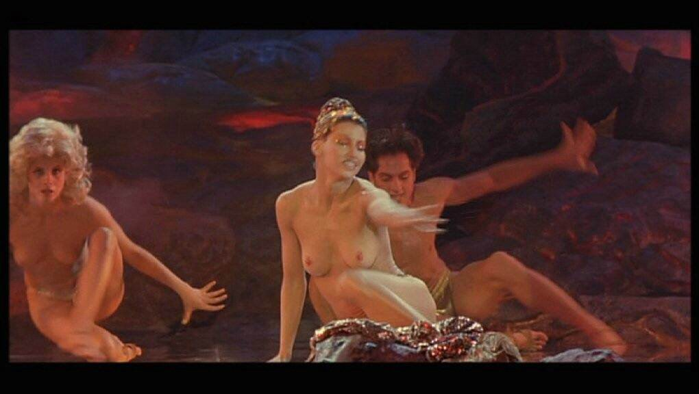 Gina Gershon desnuda para Allure Desnuda